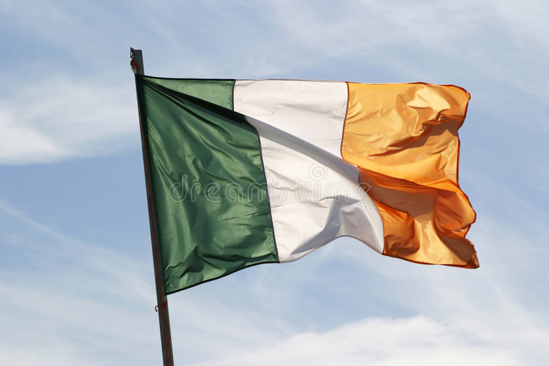 Indicateur irlandais dans le vent photos stock