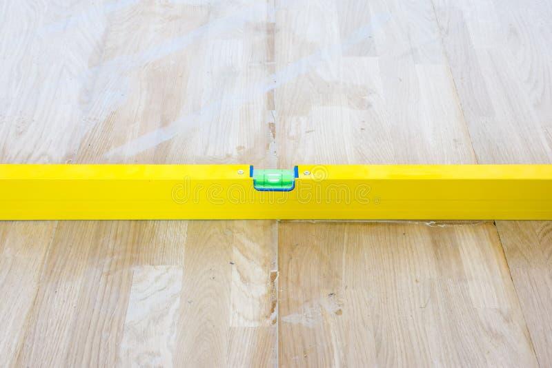 Indicateur liquide de fiole de contrôle ou plancher de parquet étendu par régularité horizontale de marqueur L'achèvement de la p image stock