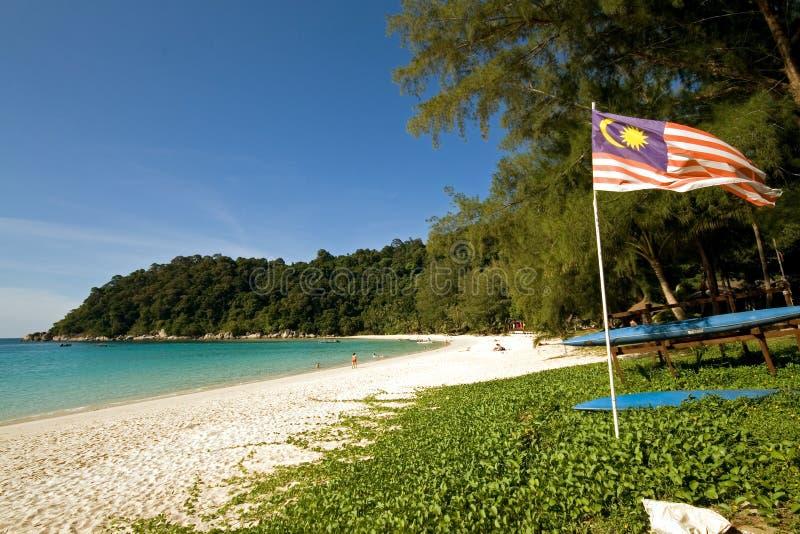 Indicateur malaisien à une plage tranquille image stock