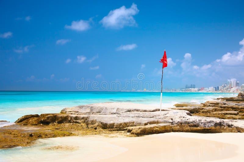 Indicateur rouge sur la plage photos libres de droits