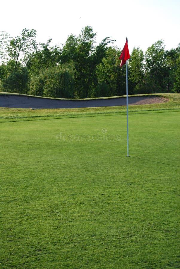 Indicateur rouge sur le terrain de golf images libres de droits