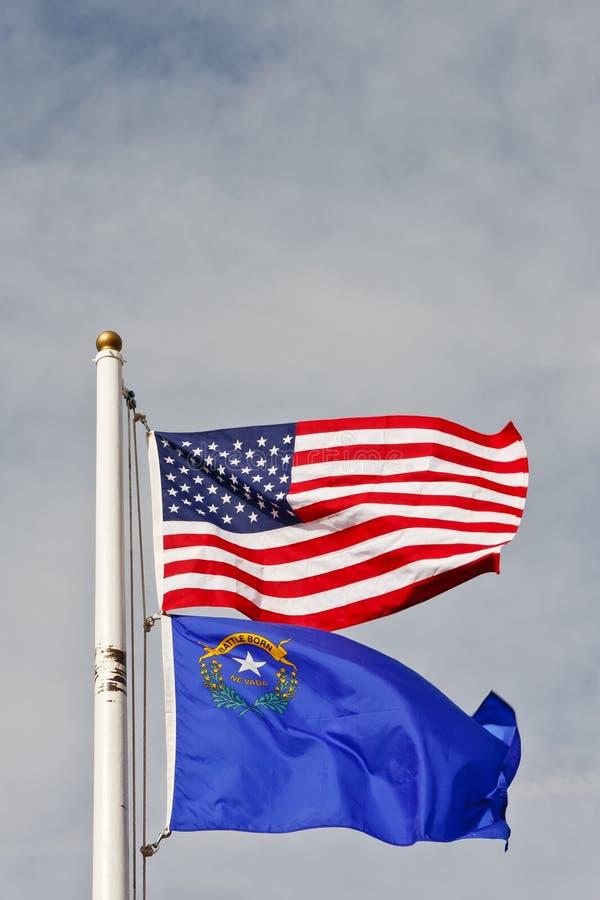 Indicateurs d'Américain et du Nevada sur Pôle sous le ciel photographie stock