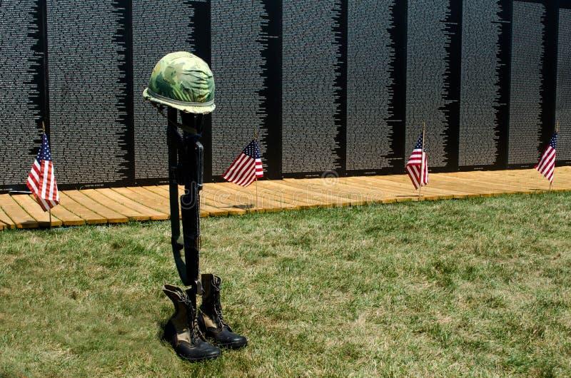 Indicateurs et symbole tombé de soldat au mur photo libre de droits