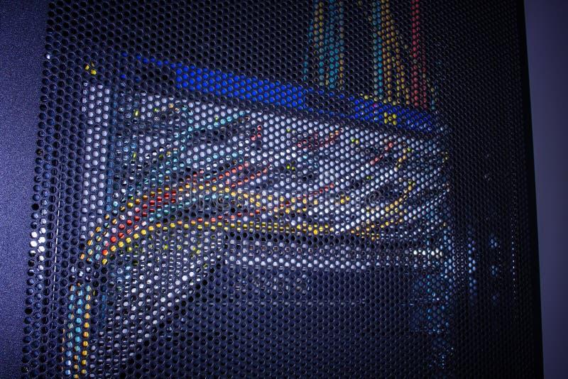 Indicateurs légers sur le centre de traitement des données d'unité centrale dans l'obscurité image libre de droits