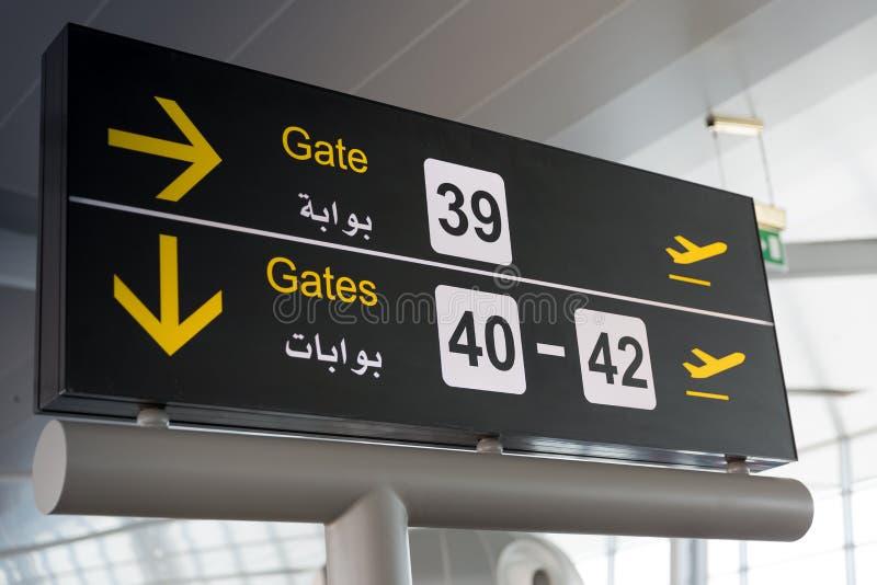Indicateurs noirs d'aéroport - direction de porte photos libres de droits