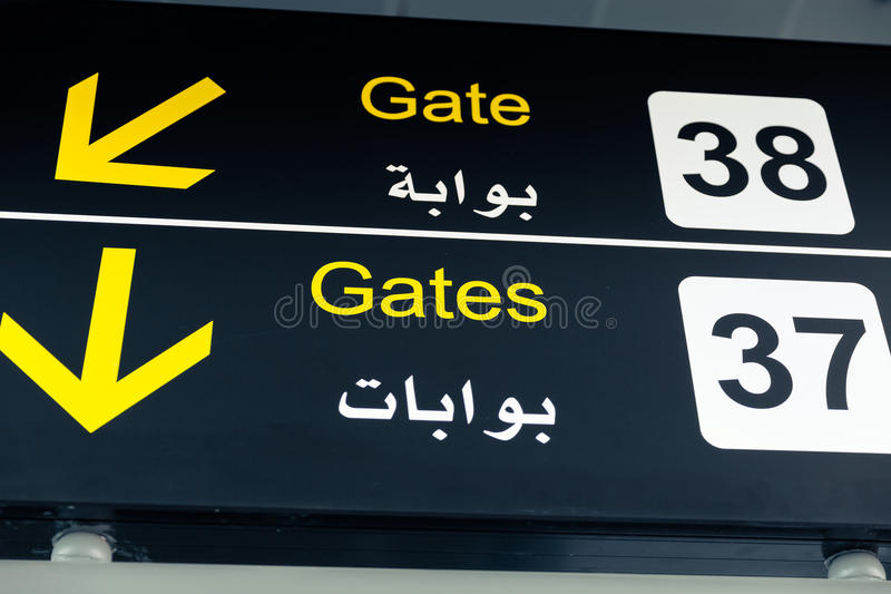Indicateurs noirs d'aéroport - direction de porte images stock