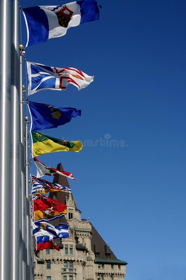 Indicateurs sur un ciel bleu photographie stock libre de droits