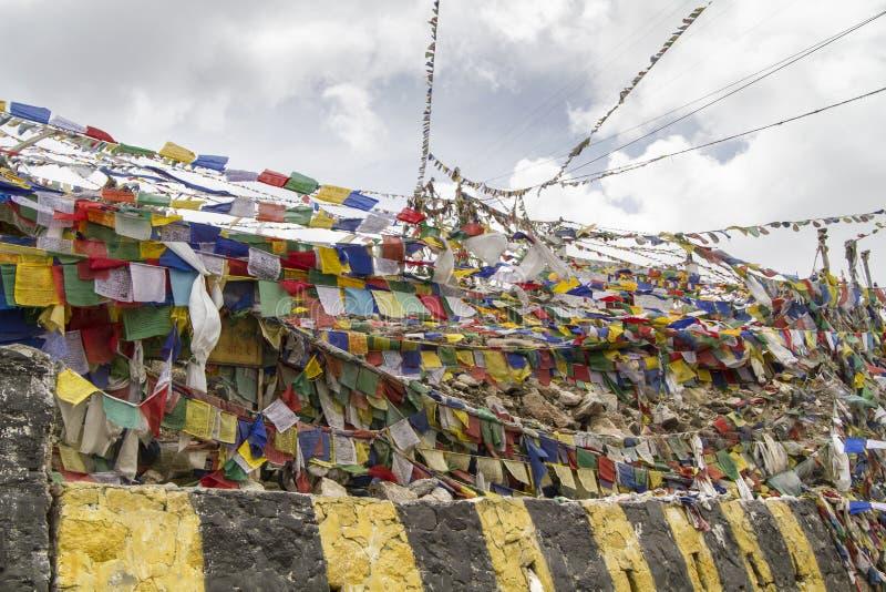 Indicateurs tibétains de prière dans Ladakh, Inde image libre de droits