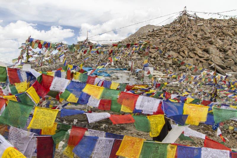 Indicateurs tibétains de prière dans Ladakh, Inde images stock