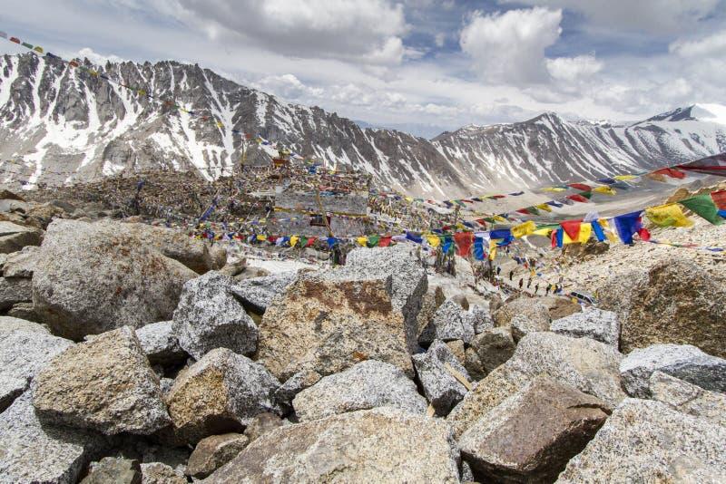 Indicateurs tibétains de prière dans Ladakh, Inde photographie stock libre de droits