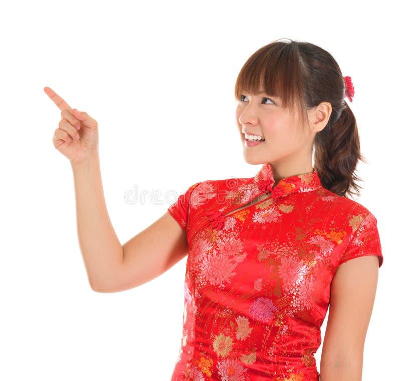 Indication par les doigts chinoise de fille de cheongsam photographie stock