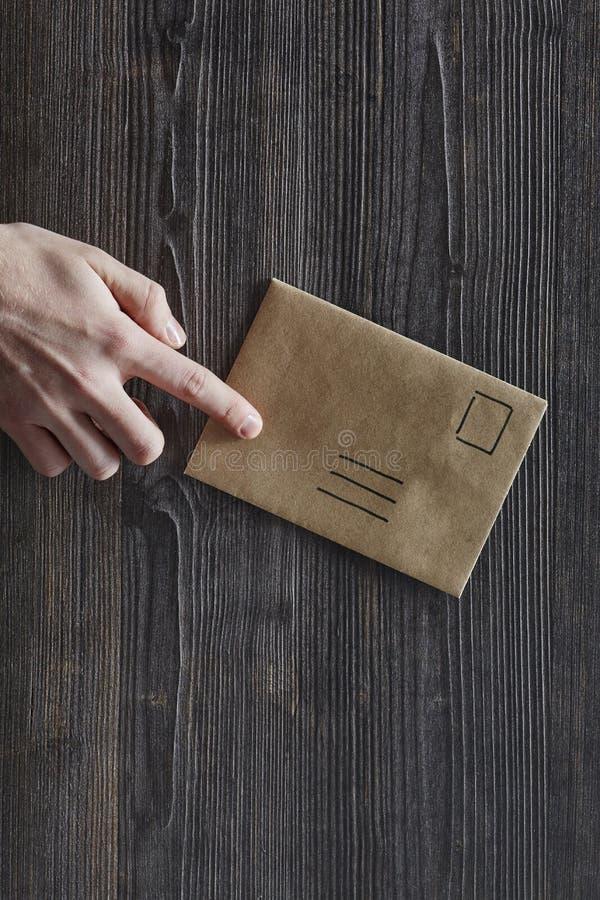 Indication par les doigts d'index sur la lettre unadressed photo libre de droits