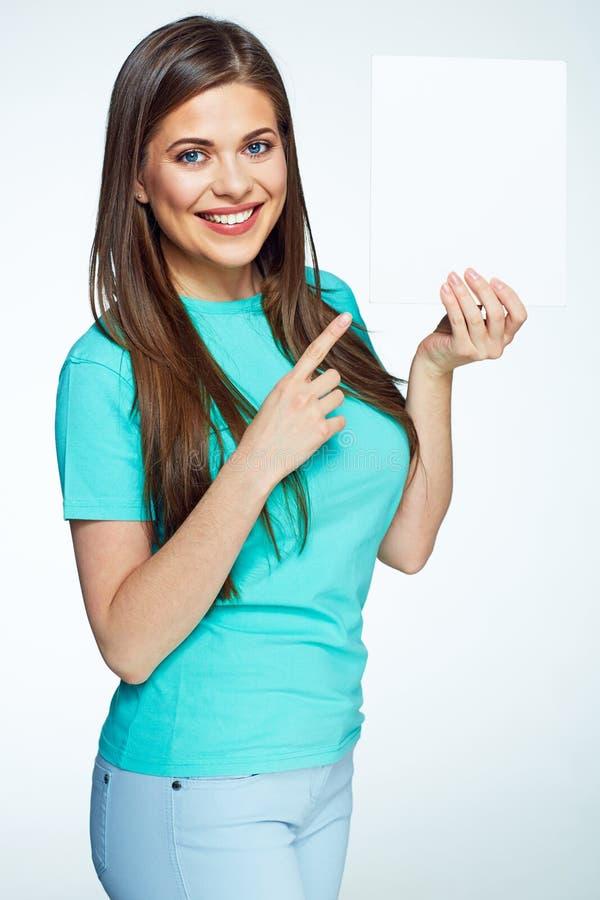 Indication par les doigts de sourire de jeune femme sur la bannière blanche Panneau de signe photo stock