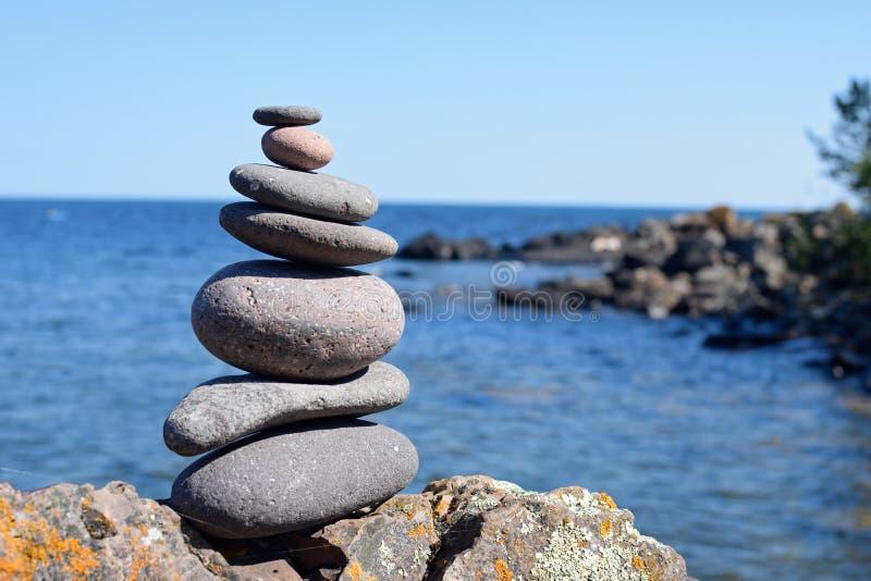 Indicatore del cairn su una roccia al parco di stato di Tettegouche fotografie stock