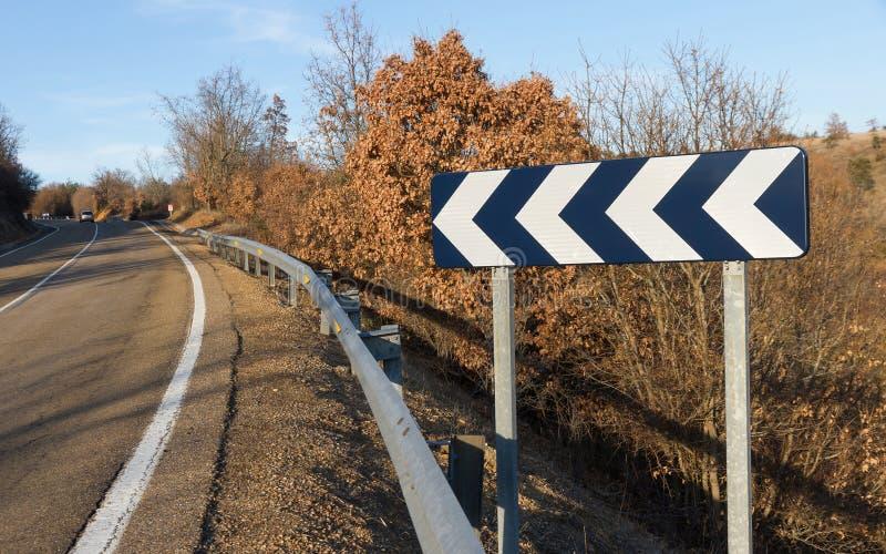 Indicatore della curva stradale con la linea continua immagini stock libere da diritti