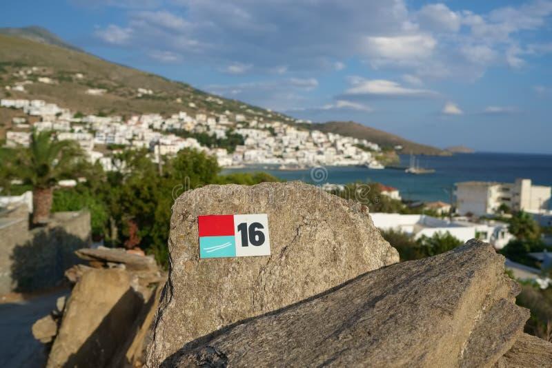 Indicatore della traccia di escursione vicino al villaggio di Batsi sull'isola di Andros, Cicladi fotografia stock