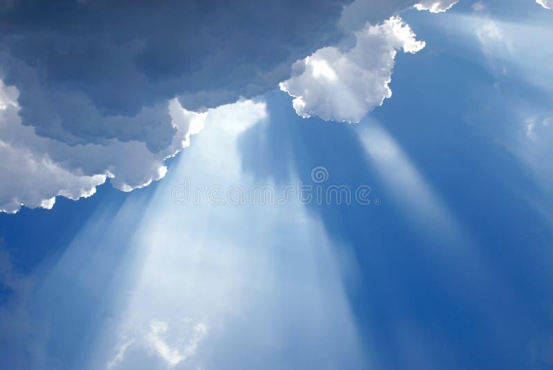 Indicatore luminoso celestiale ispiratore nuvoloso immagine stock libera da diritti