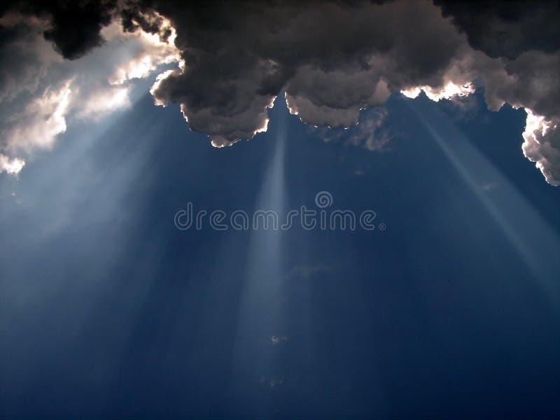 Indicatore luminoso dai cieli fotografia stock