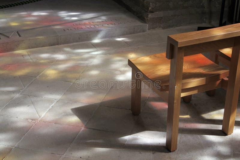 Indicatore luminoso Dappled in chiesa immagini stock libere da diritti
