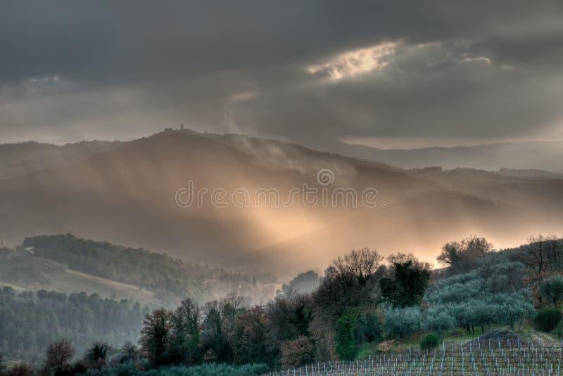 Indicatore luminoso di sera su un paesaggio italiano fotografia stock