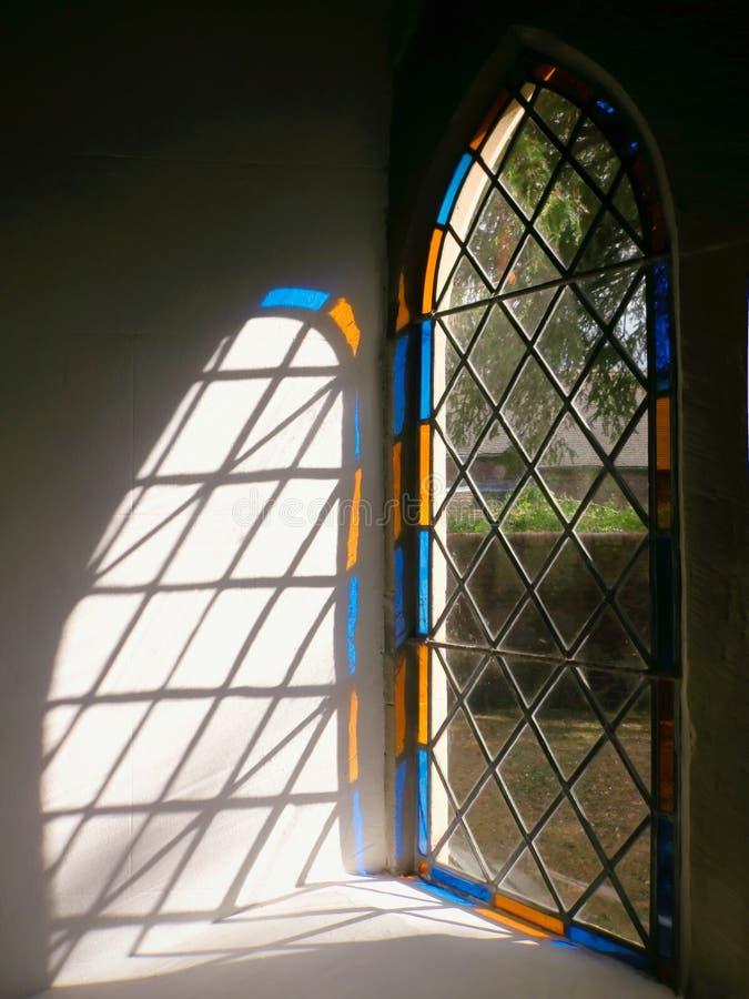 Indicatore luminoso di vetro macchiato della finestra della chiesa, Inghilterra. fotografia stock libera da diritti