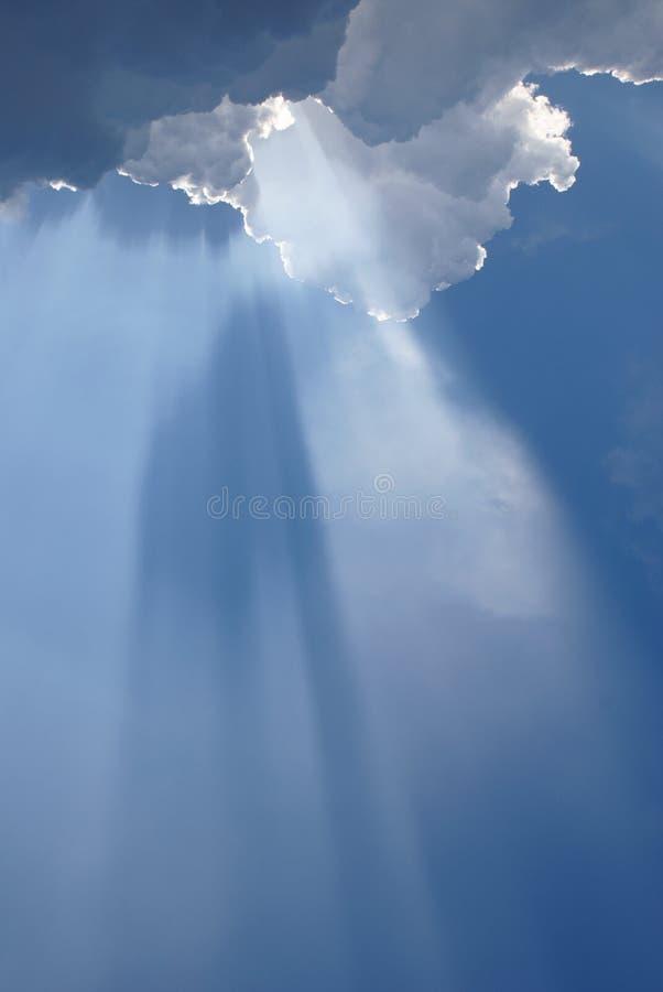 Indicatore luminoso ispiratore nuvoloso celestiale fotografia stock libera da diritti