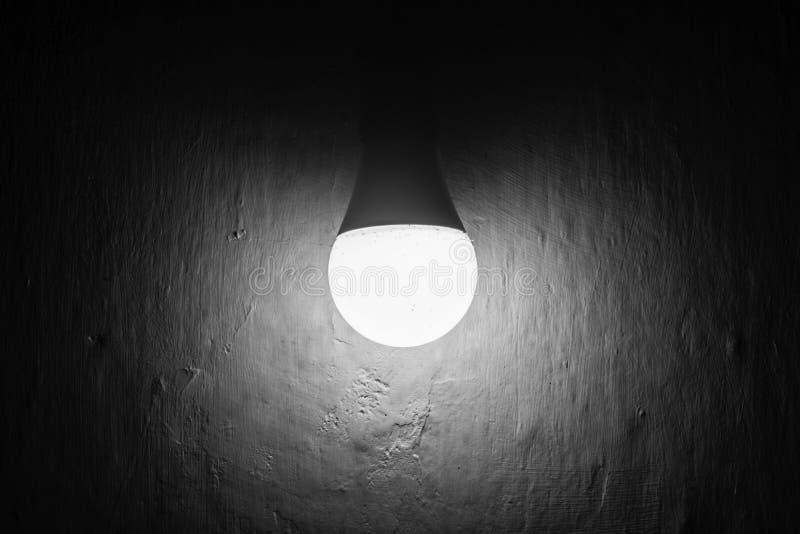 Indicatore luminoso nella nerezza fotografie stock