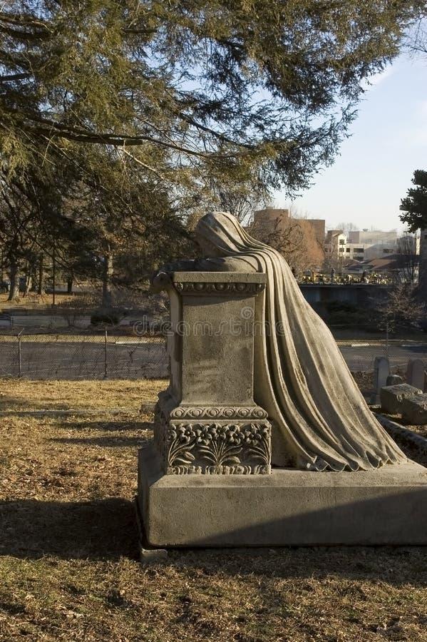 Indicatore piangente della tomba della donna immagine stock libera da diritti