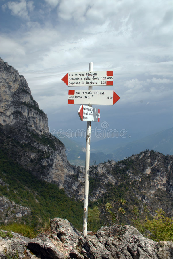 Indicatore stradale - via il ferrata in Italia immagini stock