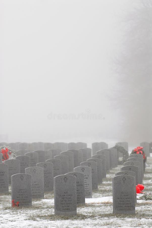 Indicatori gravi dei soldati in un cimitero militare fotografia stock