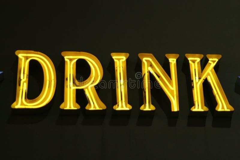 Indicatori luminosi al neon del segno della bevanda fotografia stock