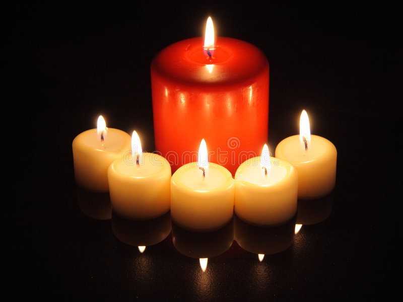 Indicatori luminosi della candela con le riflessioni immagine stock