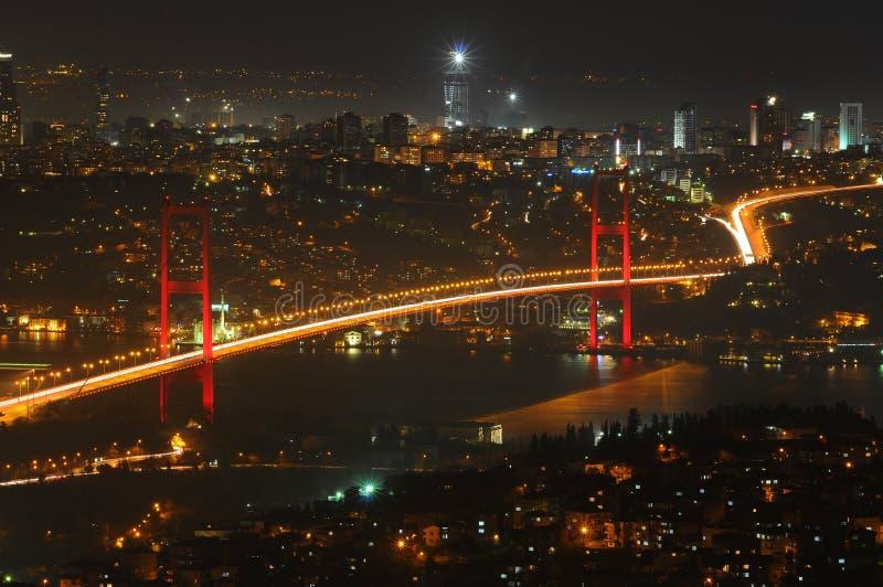 Indicatori luminosi della città di Costantinopoli e ponticello di bosphorus immagini stock libere da diritti