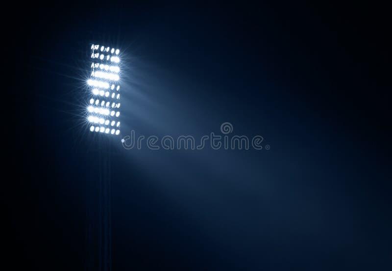 Indicatori luminosi dello stadio contro cielo notturno scuro fotografia stock libera da diritti