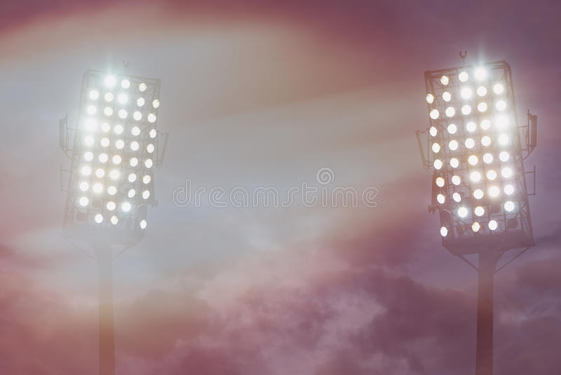 Indicatori luminosi dello stadio contro cielo notturno scuro immagini stock