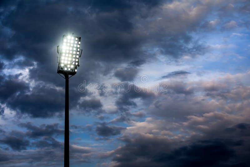 Indicatori luminosi dello stadio contro cielo notturno scuro fotografie stock