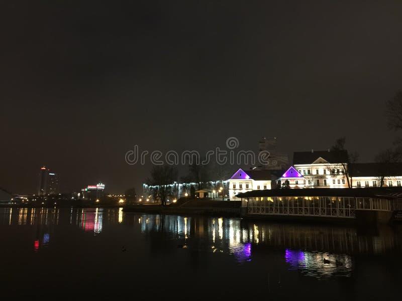 Indicatori luminosi di notte nella città fotografia stock