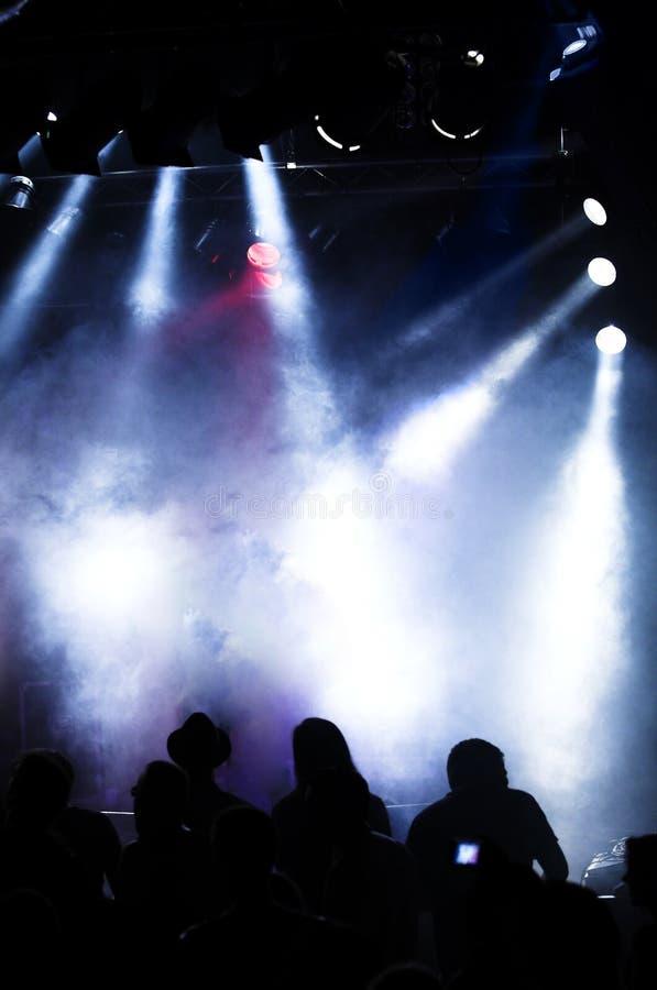 Indicatori luminosi e siluetta di concerto fotografia stock