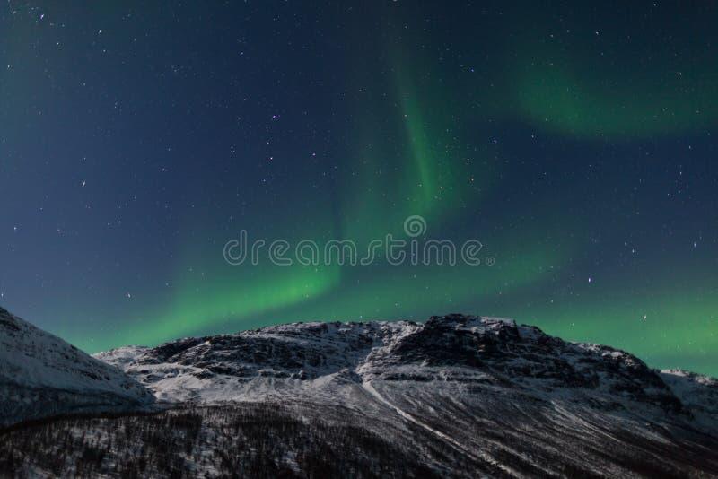 Indicatori luminosi nordici (aurora Borealis) sopra una montagna fotografia stock libera da diritti