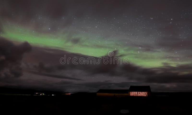 Indicatori luminosi nordici sopra l'Islanda fotografia stock
