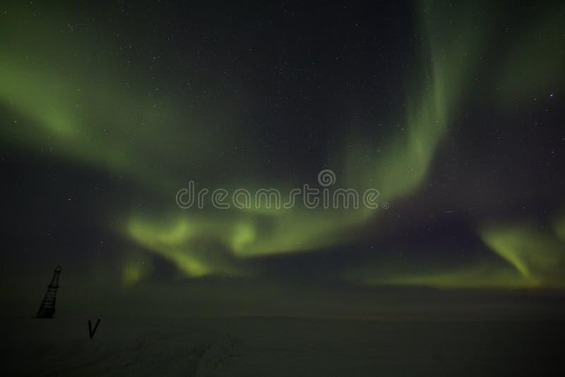 Indicatori luminosi nordici sopra la piattaforma di produzione abbandonata fotografie stock libere da diritti
