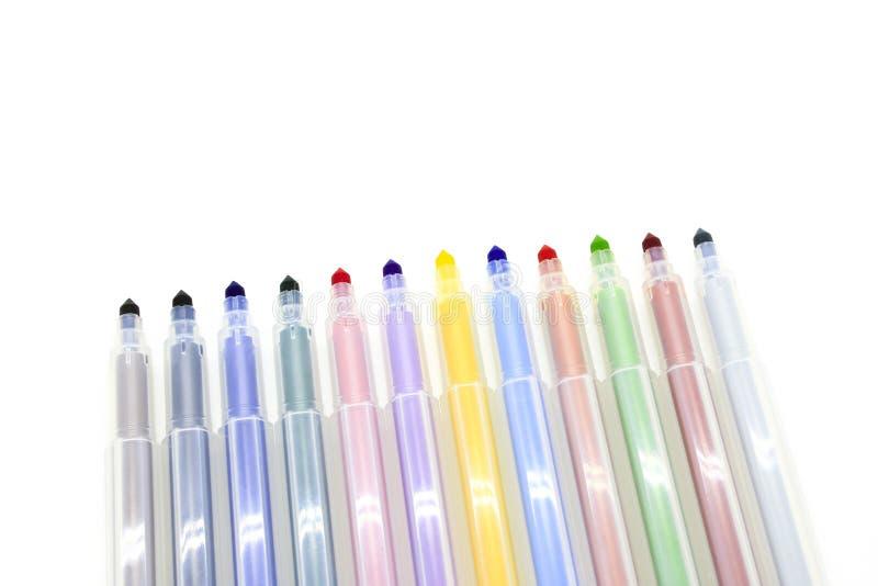 Indicatori multicolori aperti su un fondo bianco fotografia stock
