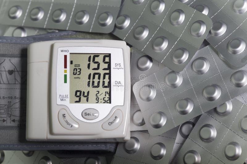 Indicazione e pillole di ipertensione di Tonometer in bolle della stagnola immagini stock libere da diritti