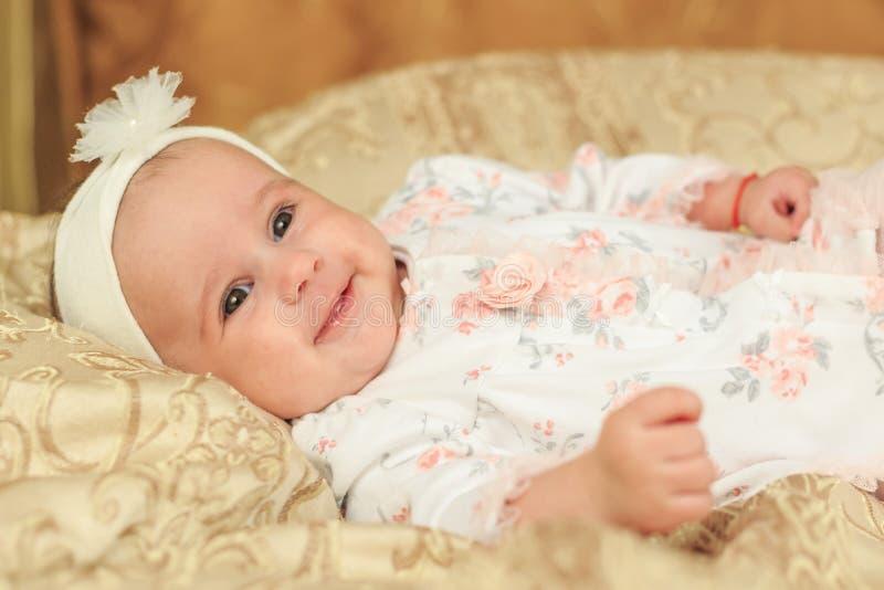Indicazione sorridente della neonata fotografia stock