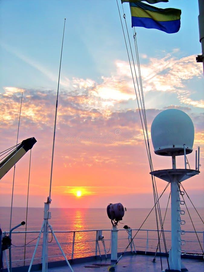 Indichi le bandiere alzate sull'albero di una nave mercantile nei porti di scalo immagini stock