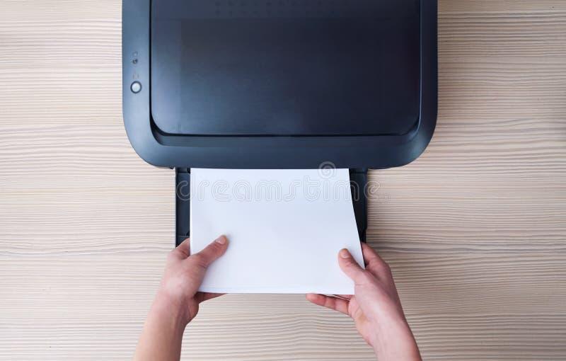 Indichi o prenda la carta dalla stampante, una vista superiore fotografia stock libera da diritti