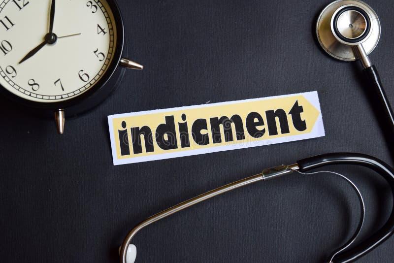 Indicment sulla carta con ispirazione di concetto di sanità sveglia, stetoscopio nero immagini stock
