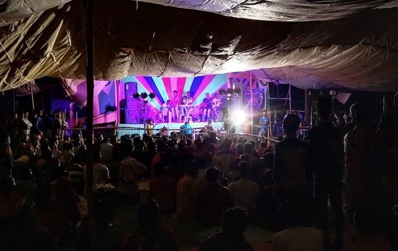 Indien bysida som sjunger program på natten royaltyfri bild
