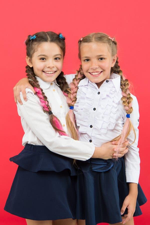 Indien de school meer pret is Schoolmeisjes met leuk kapsel en gelukkige glimlachen Beste vrienden uitstekende leerlingen schoolg royalty-vrije stock afbeelding