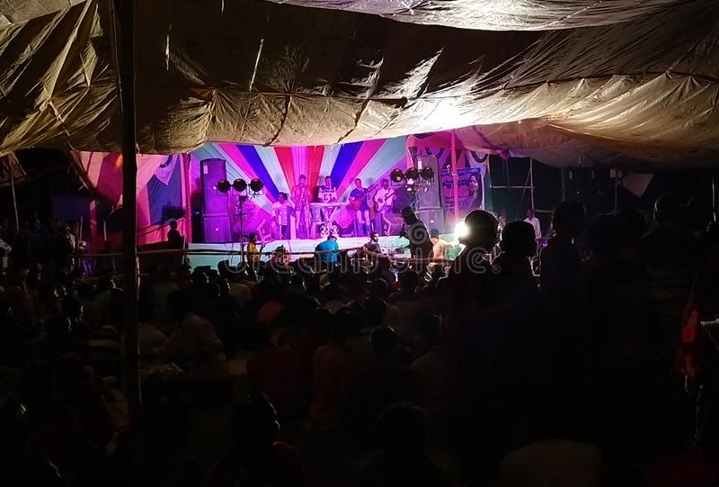 Indien-Dorf-Seiten-Musik-Marken-Programm nachts, Indien Westbengalen, stockbild